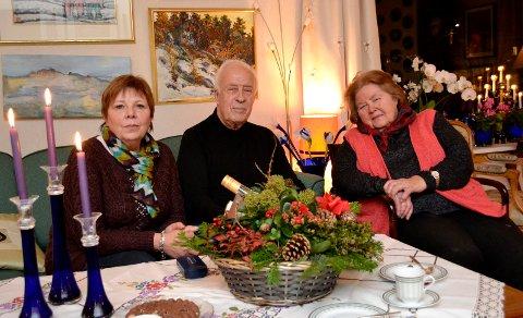 Bjørn Onshuus, primus motor i Strømsgodset menighet, fikk avisens andre julekurv. Fra venstre Anita Clasby Saleem, som tipset avisen. Til høyre Inger Onshuus, Bjørns kone gjennom 58 år.