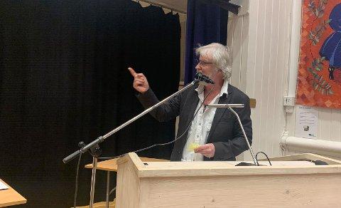 FIKK APPLAUS: Tom Mathisen fikk applaus da han lovet å ikke gi seg i kampen for busstilbudet i Sande og Svelvik.