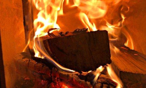 FYRING: Det er ikke alt som bør legges i lukket peis, påpeker Vestfold Interkommunale Brannvesen.