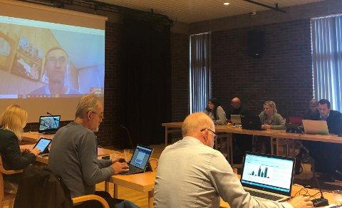 Kinn formannskap, med Bjørn Brox frå Agenda Kaupang på storskjerm.