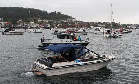 FOR MANGE ULUKKER: Talet på båtbrukarar aukar. No prøver Sjøfartsdirektoratet å unngå at talet på båt-dødsfall aukar tilsvarande. Her frå årets Jonsokfeiring på Florøvika.