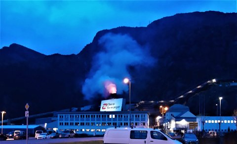 RØYKUTVIKLING: Klokka 19.30 torsdag flomma røyk og eld ut av skorsteinen på omn 5 ved verket i Svelgen.