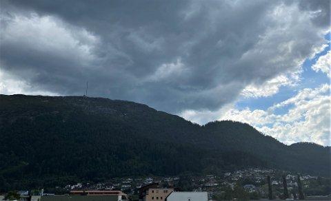 SVART HIMMEL: Mørke skyer ruvar over Førde søndag ettermiddag. Det er venta styrtregn og mykje lynaktivitet i ettermiddag og kveld.
