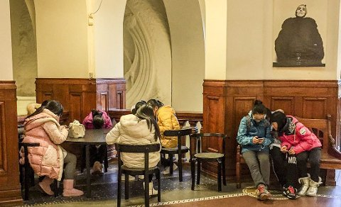 Overvåking anno 2015: Alle overvåker alle på sosiale medier, ungdom på nett i Det Kongelig Bibliotek i København.