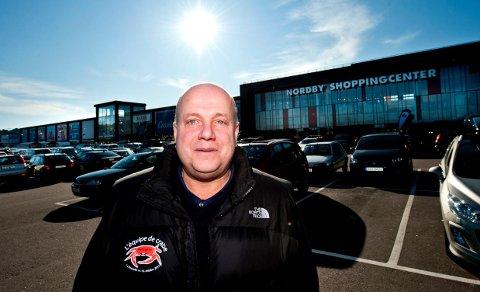 Beklager: Senterleder Ståle Løvheim beklager at flere kunder har fått ramponert bilene sine mens de sto parkert ved Nordby Shoppingsenter.