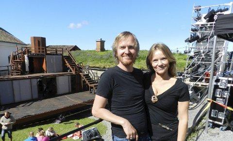 INITIATIVTAGERE: Aasmund Kaldestad og Marita Rognøy på festningen hvor familiemusikalen skal vises ti ganger i sommer. Scenen i bakgrunnen.                                    Alle foto: Steinar Omar Østli
