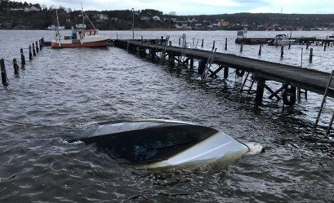 Opp ned: En hvit plastbåt har snudd seg på grunn av været natt til fredag.