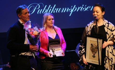 VINNERE AV PULBLIKUMSPRISEN 2017: Fredrikstad på isen og Winter Classic gikk av med Publikumsprisen for 2017. Silje Waters (midten) mottok prisen sammen med Irene Østbø (t.h) og Sverre Jarild (t.v).