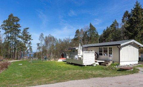 I Saltvika på Kirkeøy kan du skaffe deg en hytte med et snev av sjøutsikt for under to millioner kroner.