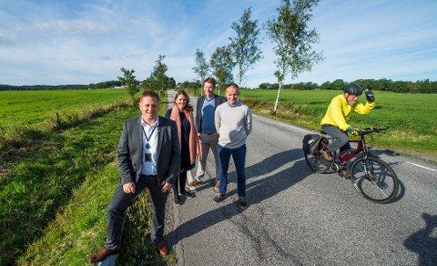 Jubel i 2016: Tore Thøgersen, på full fart fra Tomb til Karlshus, gledet seg over planene om gang- og sykkelsti. Råde-ordfører Renè Rafshol (H), fylkespolitikerne Cecilie Agnalt (Ap), Olav I. Moe (KrF) og Erik Skauen (MDG) kunne fortelle at det endelig kommer penger. Men nå er det høyst usikkert om det blir noen gang- og sykkelvei. (Arkivfoto: Erik Hagen)
