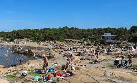Varmt, varmere, varmest: Sjøen og stranda har vært det desidert beste stedet å oppholde seg i hete juli. Bildet er fra Foten.