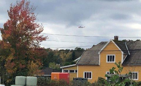 Et redningshelikopter bisto med å få fraktet en mann til sykehus etter benbrudd søndag.
