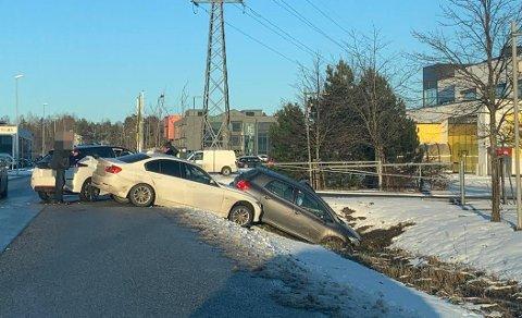 Politiet rykket ut til trafikkuhellet i Dikeveien like etter klokken halv fire tirsdag ettermiddag.