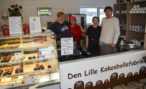 Kokos-suksess: Ricky Eriksen (til venstre), her med kona Arunee Eriksen, startet Den lille kokosfabrikken for mange år siden. Nå er det sønnen Tommy Eriksen og samboeren Mai Trinh som driver virksomheten videre i Råde.