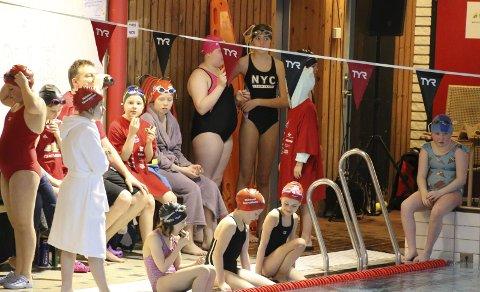 VENTER: Unge svømmere venter på at de skal få delta i stevnet. Alle foto: Karin Rognmo