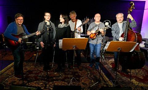 BYLAGET: Karl Asbjørn Lille, sang og gitar, Kristin Jakobsen, sang, Line Hansen, sang, Bjørn Lien, sang og banjo, Egil Andersen, sang og mandolin og Tonny Kluften, sang og kontrabass.