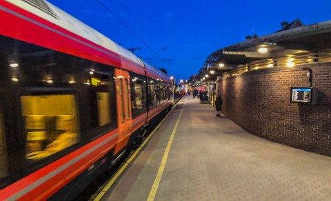 HIT, MEN IKKE LENGER: Regjeringen bevilger penger til Vestfoldbanen, slik at Tønsberg får flere og raskere tog til Oslo. Lenger sør i fylket må befolkningen finne seg i dagens rutetilbud.