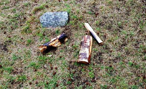BÅL: Det var mandag fortsatt tydelige spor etter bålet som var sparket litt rundt omkring.