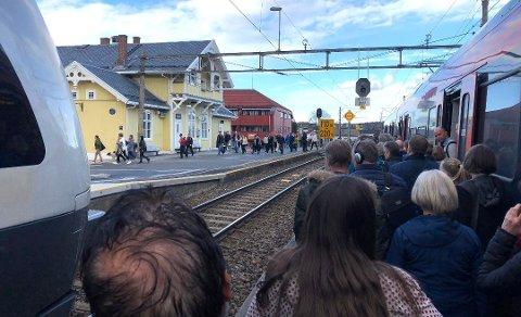 På Fet stasjon er det oppsamling av folk. Her stopper toget. FOTO: VIDAR SANDNES