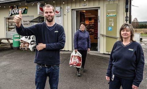 GÅR BRA: –Det har vært et eventyrlig år for oss, sier kjøpmann Tormod Borg, her sammen med ansatt Elin Myrvang og kunde Ann Bjørnstad.