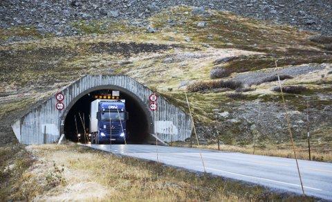 Trongt: Mange vogntog må kjøre rundt om Romsdalen fordi Oppljostunnelen og dei to andre er for låge.Foto: Ketil Sandviken.