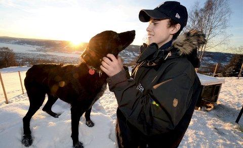 DEBUTANT: Eirik Lindstad fra Lillehammer er 16 år gammel, og lørdag debuterer han i Gausdal Maraton i hundekjøring. Her skal han kjøre 150 kilometer med åtte hunder i spannet. Her sammen med lederhunden Neo.
