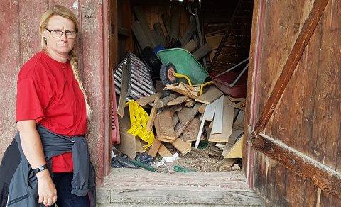 HØRTE MJAUING: Unger i Solheim barnehage hørte mjauing fra dette skjulet. Inger Venolum i barnehagen forteller at tre kattunger var inne i skjulet.