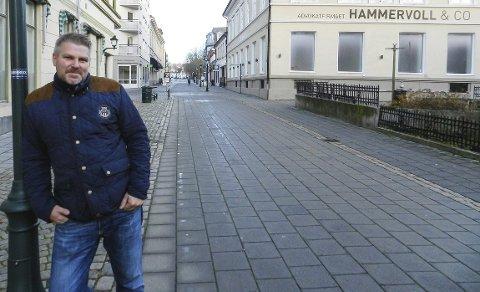 GLAD i HALDEN: Dan Levi Berg-Nilsen ser et stort potensial i å utvikle Halden sentrum. Han er tydelig på at det bør kunne bli leiligheter i gågata – også i første etasje. Han er også glad for at han har sikret seg det gamle Arbeidersamfundet. Alle foto: Hans-Petter Kjøge