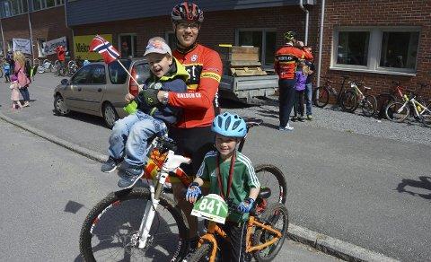 Unge og glade: Frode Bokerød med sønnene Fredrik og Sigmund under gårsdagens Ormtjernritt.