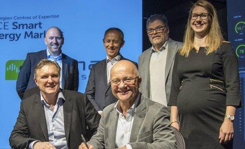 FORNØYDE: Torsdag signerte Esmart og Kamstrup en samarbeidsavtale. Foran fra venstre: Knut Johansen (Esmart) og Kristian Hammer (Kamstrup Norge). Bak fra venstre: John Haar (Kamstrup Global), Thor Moen (NCE), Einar Eriksen (NCE) og Tina M. Skagen (Esmart).