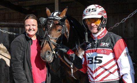 FORNØYD: Cecilie Andersson var godt fornøyd med hestene sine under det årlige arrangementet på Kala travpark. Her sammen med hesten Teo (8) og kusk Gunnar Austevoll.
