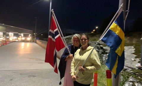 SPENTE: Heidi Malmquist og Madelen Bjerke tok med seg flagg til grensen for å ta i mot den svenske svigerdatteren og svigerinnen som ikke har vært over grensen siden januar. Her står de og venter ved grensen på Svinesund ved midnatt.