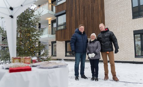 JULEBORD: Julemat og hygge utenfor blokkene på Martodden. Her står Erlend Kvaløy og Wilhelm Holst sammen med beboer Bjørg Olsen.