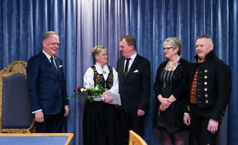 I MÅL: I løpet av 20 minutter er det gjort. Fra venstre: Knut Fangberget, Grethe Myhre og Magnar Berntsen og vitnene Inger Johanne Jevne og Roar Lundstein.