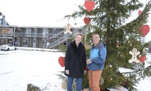 FØRSTE ÅR MED TRE: Etter flere år med masing har Eva Evine Heramb endelig fått daglig Ole Røhnebæk til å skaffe juletre utenfor Hamar Vandrerhjem.