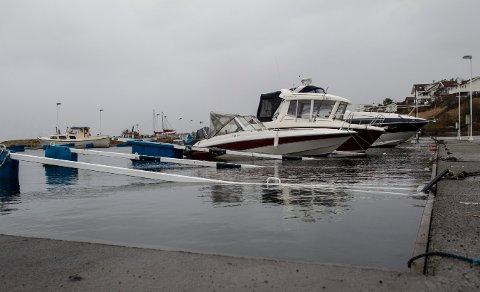 STORMFLO: Slik så det ut i  småbåhavna på Norheim  onsdag31. januar 2013 klokken 12.40.  Arkivfoto.