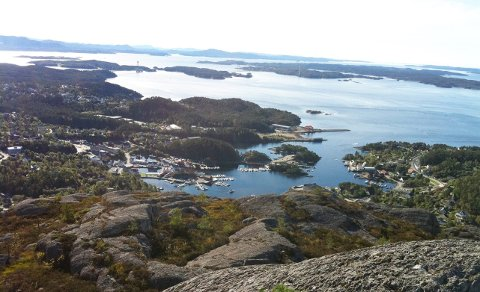 Sagvåg sett fra Utslettefjellet. I horsionten Bømlobrua og Bømlo. Foto: Truls Horvei