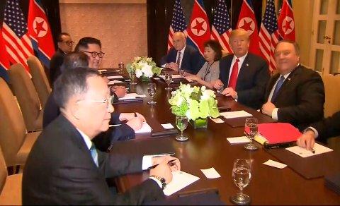 Etter det drøyt 40 minutter lange møtet på tomannshånd fortsatte Trump og Kim samtalene over en lunsj utvidet med representanter fra de to delegasjonene. Foto: Host Broadcaster Mediacorp Pte Ltd via AP / NTB scanpix