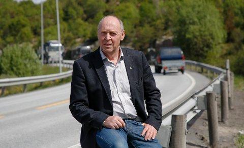 MISFORNØYD: Fylkesvaraordfører Arne Bergsvåg reagerer på måten ting er blitt løst på i sommer, samt at det brukes mye penger på en strekning som likevel skal erstattes i fremtiden.