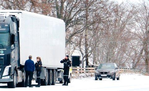 Politiet får ofte inn meldinger om trailere som er for dårlig skodd for norsk vinterføre. Sjåføren som ble stoppet i Sandnessjøen onsdag, fikk pålegg om å legge på kjettinger.