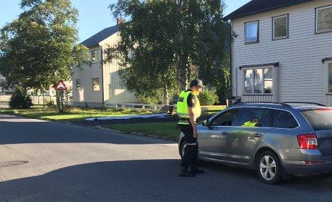 Kontroll: Ved Mosjøen skole ble flere bilister kontrollert av en politipatrulje tirsdag morgen.