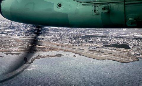 FALL FOR ALLE: Det ble røde tall i passasjertallsutviklingen for alle flyplassene i Finnmark i 2020. Her er et Widerøe Dash 8-fly på vei inn for landing ved Alta lufthavn.