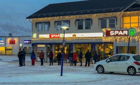 LANG VENTETID: Allerede en time før fiskebilen kom på torget i Lakselv, begynte folk å stille seg i kø. – Folk er lei julemat, og vil ha fisk, forteller Ørjan Anvik.