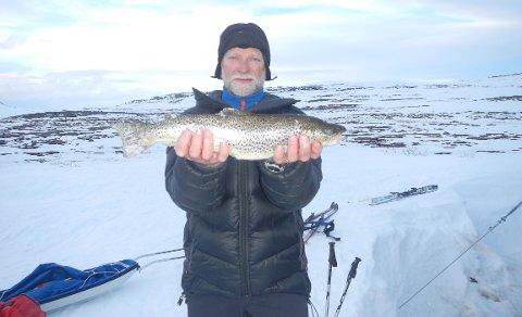 REDDET: Willy Jansen (74) med fangst fra Storrosta. 16. april i år falt han om under isfiske på Moskánjávri nær svenskegrensa, og ble flydd til UNN med ambulansehelikopter
