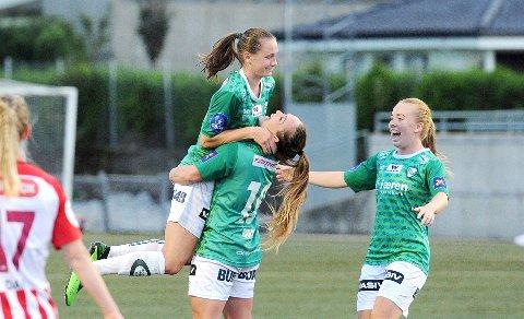 LETTELSE OG GLEDE: Elisabeth Terland gratuleres av Hege Hansen og Marie Hella Andresen etter 1-0-scoringen.
