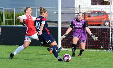 MOT MODERKLUBBEN: Her er Andrea Norheim frampå, men Bryne-keeper Iselin Evje Rusdal avverget. Synne Thunheim Hove til venstre.