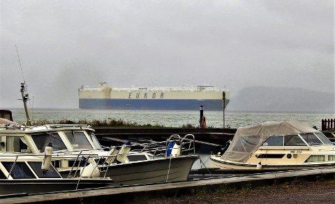 FIKK PROBLEMER: Bilfrakteskipet «Morning Lily» møtte søndag på problemer langs ruta til Drammen, og måtte ligget til ankers ytterst i Frebergsvika i vel elleve timer.