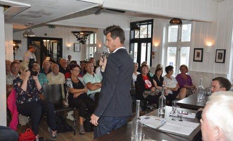 """Redaktørane Håvard Sætrevik (ståande på bildet) og Tomas Bruvik """"grilla"""" politikarane med spørsmål."""