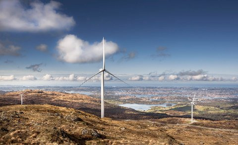 Dette bildet er frå Midtfjellet Vindpark på Fitjar. Dei største vindmøllene der er rundt 150 meter høge med ei navhøgd på 91,5 meter og rotordiameter på 117 meter. I vår meiningsmåling kjem det fram at flesteparten av dei spurde ikkje ønskjer ei slik utbygging i Kvinnherad. (Foto: Elisabeth Tonnesen).