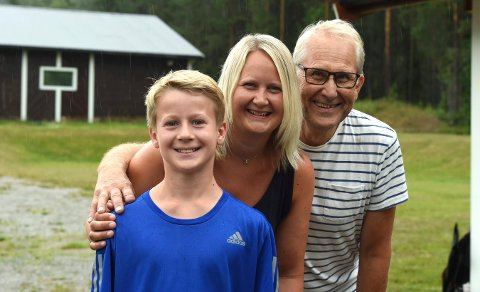 REKRUTTMESTER: Martin Gilen (foran) vant rejkruttklassen i Viken 1-mesrterskapet. Her sammen med mamma Lene Gilen og morfar Asbjørn Mathisen.